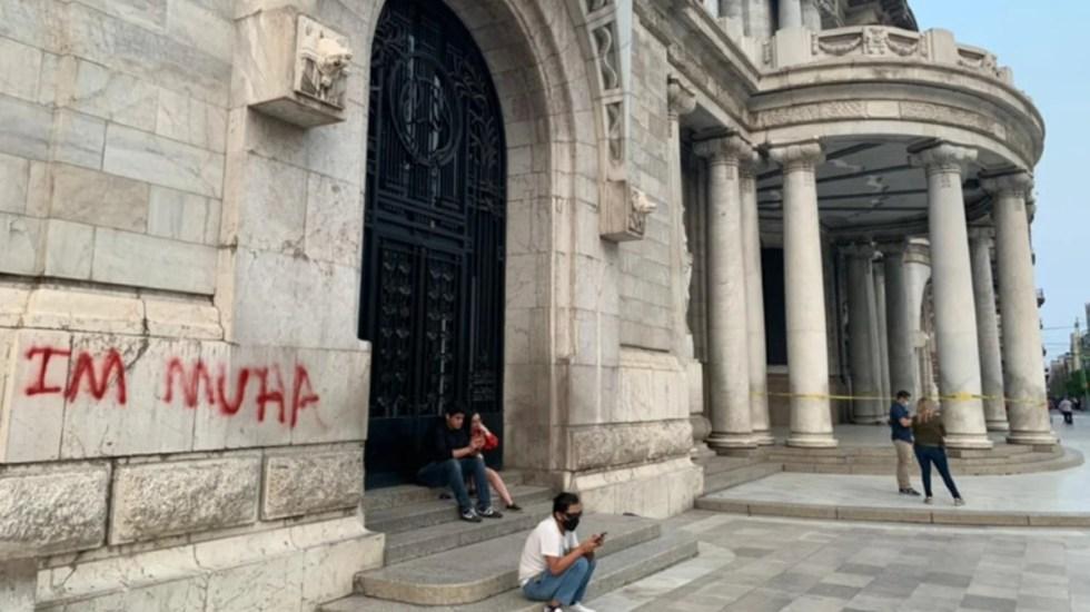 Detienen a extranjero por vandalizar fachada del Palacio de Bellas Artes - Graffiti pintado por extranjero en el Palacio de Bellas Artes. Foto de El Universal