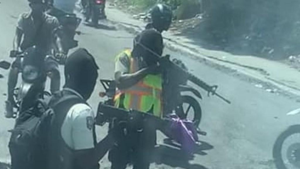 Grupo armado intercepta en Haití a la Selección de Belice - Haití armados rifles asalto Selección Belice