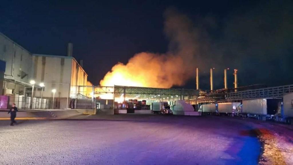 Incendio consume bodega de Kimberly Clark en Querétaro - Incendio en bodega de Kimberly Clark en SJR, Querétaro. Foto de @QNTV6