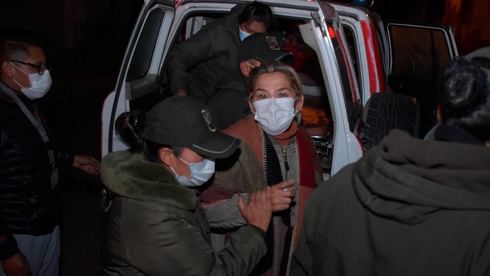 Juez boliviano sube de cuatro a seis meses la detención contra expresidenta Jeanine Áñez - La expresidenta interina de Bolivia Jeanine Áñez durante su traslado a otra prisión en La Paz, Bolivia. Foto de EFE