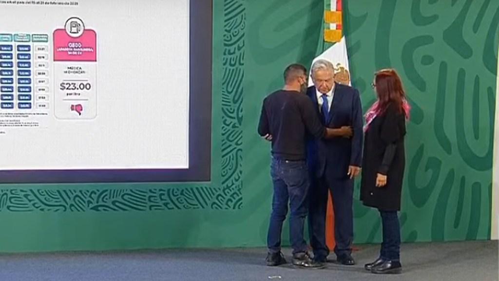 Joven que irrumpió en mañanera de AMLO asegura que no han cumplido sus demandas - Joven aborda a López Obrador en conferencia matutina