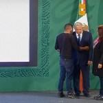 #Video Joven irrumpe en conferencia matutina y aborda a López Obrador
