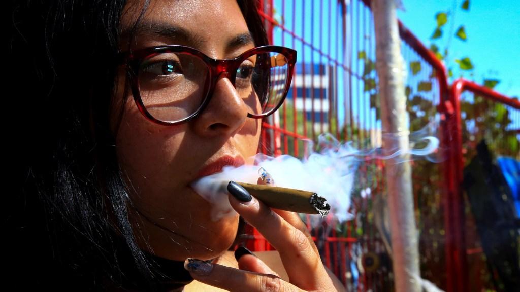 Consumidores de mariguana aguardan decisión de la Suprema Corte - Joven fuma mariguana. Foto de EFE