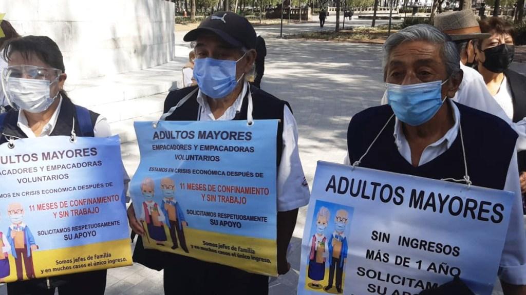 Adultos mayores se manifiestan en Ciudad de México; piden se les permita volver a trabajar como empacadores - Manifestación de adultos mayores en CDMX. Foto de Twitter