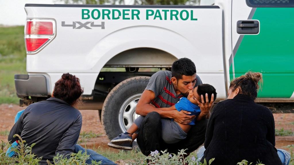 Biden comenzará a reunificar familias migrantes separadas por Trump - Migrantes detenidos por Patrulla Fronteriza de EE.UU. Foto de EFE