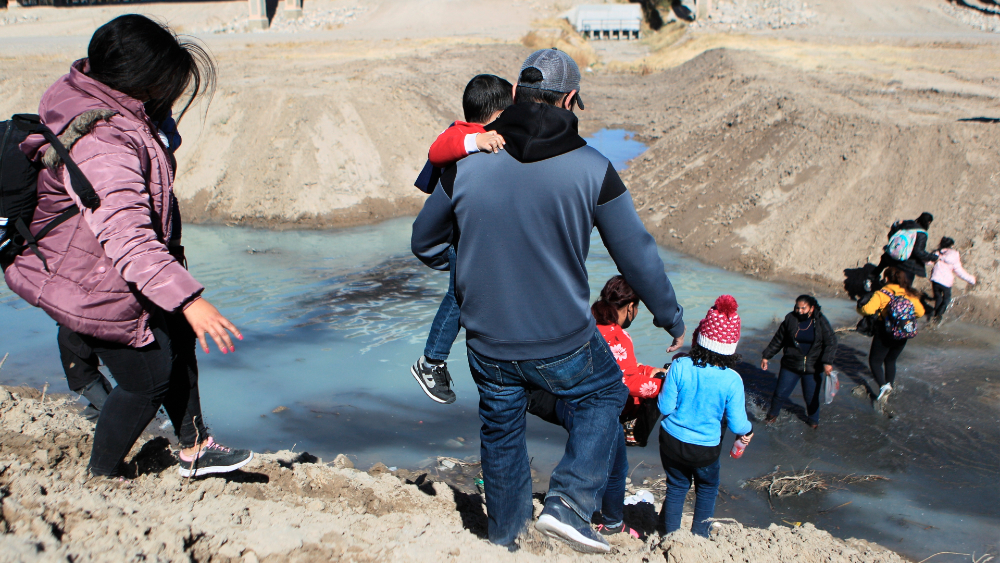 Migración: EE.UU. no invierte lo necesario en la materia, denuncia AMLO - Migración en la frontera México-Estados Unidos. Foto de EFE