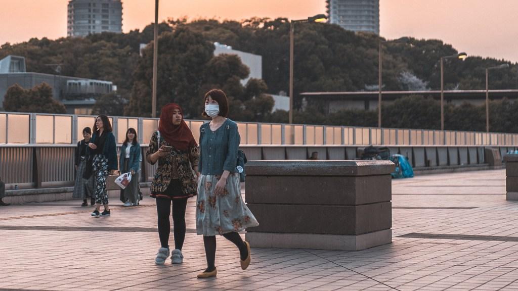 Japón nombra un 'ministro de la Soledad' ante aumento de suicidios - Mujeres en Tokio, Japón, durante pandemia de COVID-19. Foto de bantersnaps / Unsplash