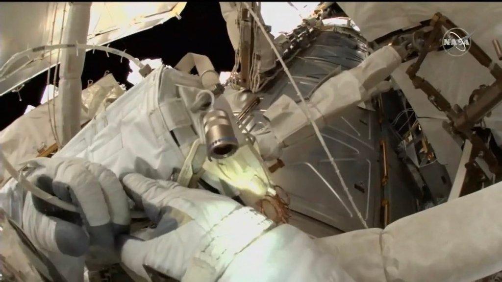 Dos astronautas realizan el quinto paseo espacial del año en la Estación Espacial Internacional - Foto de @Astro_Christina