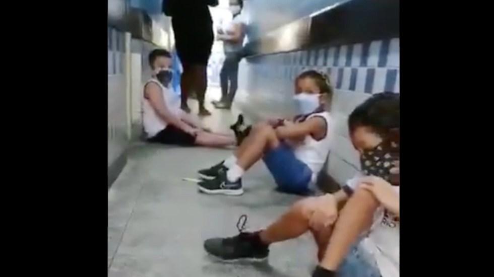 #Video Niños se resguardan de balacera en una escuela de Brasil - Niños se resguardan de balacera en Brasil. Foto tomada de video