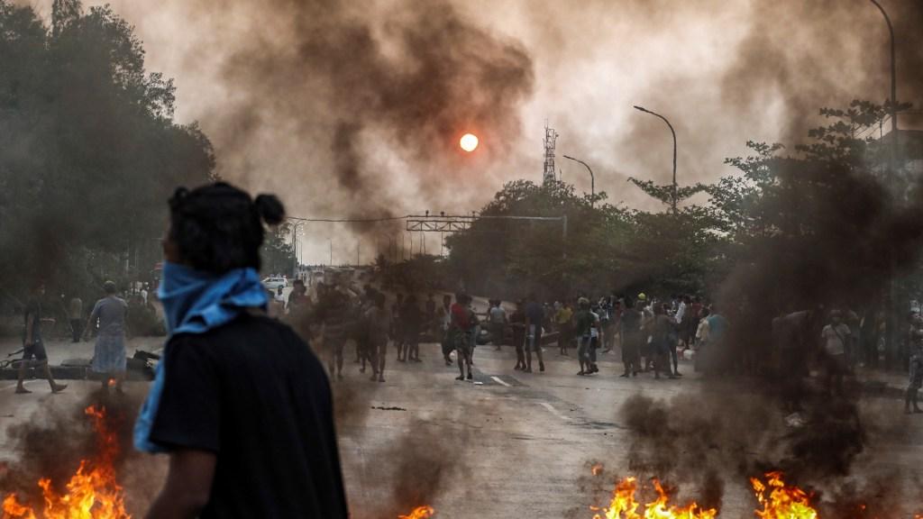 Twitter suspende el perfil del Ministerio de Información de Birmania - En una nueva ola de protestas por el golpe de Estado militar en Birmania, residentes de Yangon bloquearon la carretera que conecta al municipio de Hlaingthaya. Las protestas continúan en Birmania pese a la violenta represión de las fuerzas de seguridad. Foto de EFE