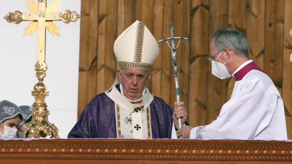 """""""¡Que las mujeres sean respetadas y defendidas!"""", clama papa Francisco desde Irak - Papa Francisco oficia misa en Irak. Foto de EFE"""