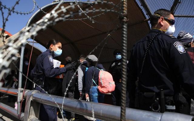 """EE.UU. """"está siendo destruido"""" por apertura de frontera con México a migrantes: Donald Trump - Policías estadounidenses supervisan el paso de migrantes centroamericanos, como parte del Protocolo de Protección de Migrantes (MPP), en el puente internacional Paso del Norte en Ciudad Juárez, Chihuahua. Foto de EFE"""