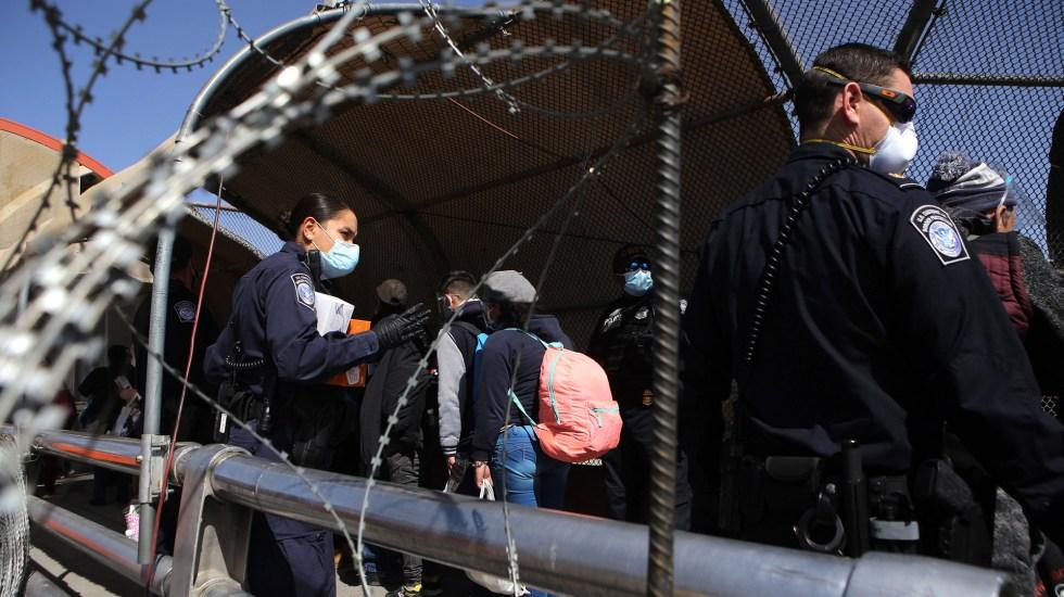 """""""Frontera entre Estados Unidos y México está cerrada"""", Roberta Jacobson manda mensaje a migrantes - Policías estadounidenses supervisan el paso de migrantes centroamericanos, como parte del Protocolo de Protección de Migrantes (MPP), en el puente internacional Paso del Norte en Ciudad Juárez, Chihuahua. Foto de EFE"""