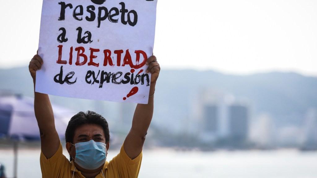 Discurso 'estigmatizante' de López Obrador recrudece violencia a periodistas - Un periodista mexicano sostiene un cartel en una protesta para exigir seguridad ante amenazas de crimen organizado, en Acapulco. Foto de EFE / Archivo