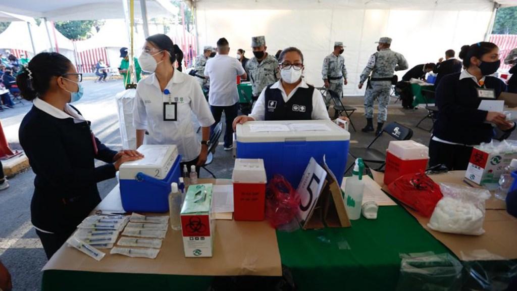 Doctor Francisco Moreno urge acelerar vacunación contra COVID-19; lento avance mantendrá contagios y propiciaría nueva variante, asegura - Puesto de vacunación contra COVID-19 en la Ciudad de México. Foto de @GobCDMX