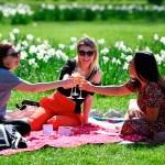 Inglaterra avanza en la desescalada pese al temor por variante india - Reunión al aire libre de mujeres en Inglaterra durante desescalada de restricciones por COVID-19. Foto de EFE