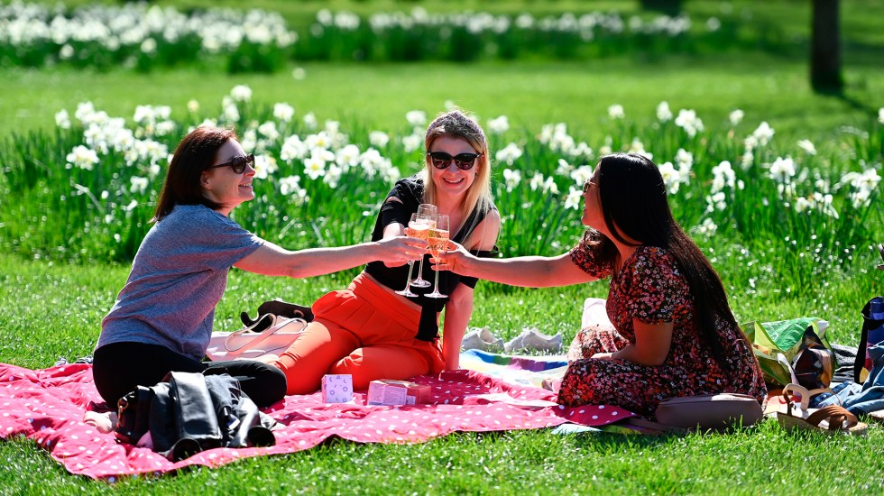 Londres reporta cero muertes por COVID-19 mientras avanza desconfinamiento en Inglaterra - Reunión al aire libre de mujeres en Inglaterra durante desescalada de restricciones por COVID-19. Foto de EFE