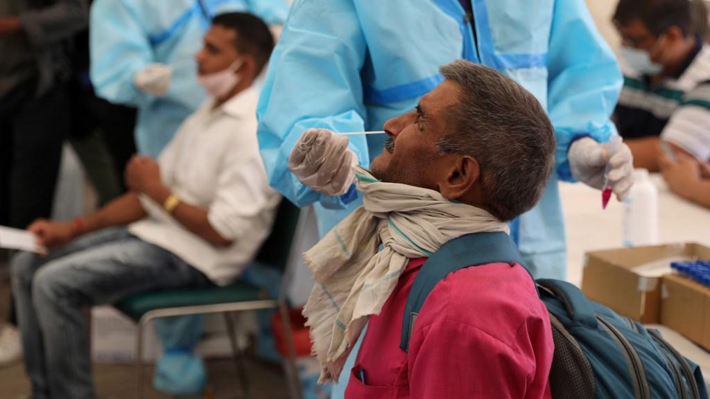 India detecta nueva 'variante doble mutante' del SARS-CoV-2 - Toma de muestra para prueba COVID-19 en Nueva Delhi, India. Foto de EFE