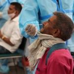 El mundo supera los 200 millones de casos de COVID-19 - Toma de muestra para prueba COVID-19 en Nueva Delhi, India. Foto de EFE