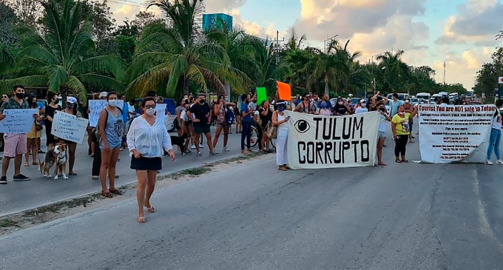 Policías de Tulum fracturaron columna vertebral a mujer; Fiscalía ejerce acción penal - Personas bloqueando carreteras después de la muerte de Victoria, turista salvadoreña, a causa del abuso en su detención por fuerzas policiacas en el municipio de Tulum, en Quintana Roo. Foto de EFE/ Str.