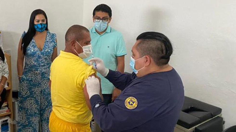 Inicia vacunación contra COVID-19 en centros penitenciarios; el de Cozumel, el primero - Vacunación contra COVID-19 de reclusos en Cereso de Cozumel. Foto de @Lucio_HG