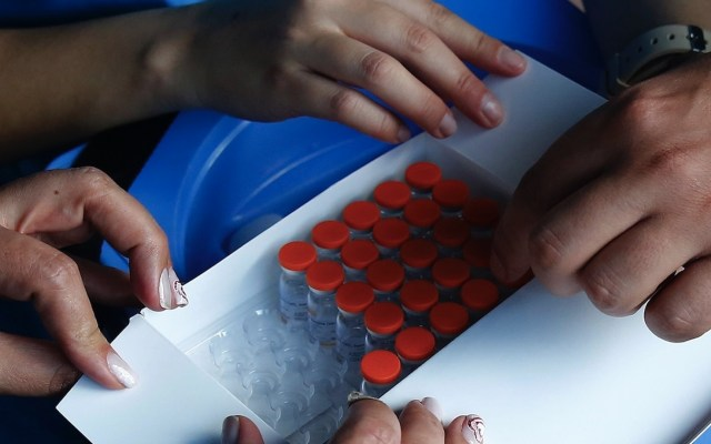 ¿Por qué existe ya una vacuna contra el COVID-19 y aún no una contra el VIH? - vacunas contra el COVID-19 médicos