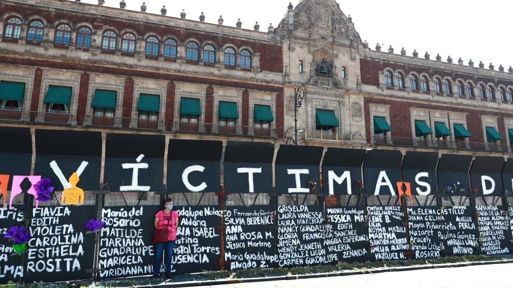 """""""Estamos hartas"""": mujeres exigen a AMLO estrategia nacional de seguridad con perspectiva de género - Vallas de protección a Palacio Nacional fueron convertidas en 'muro de la memoria' de víctimas de feminicidio. Foto de EFE"""