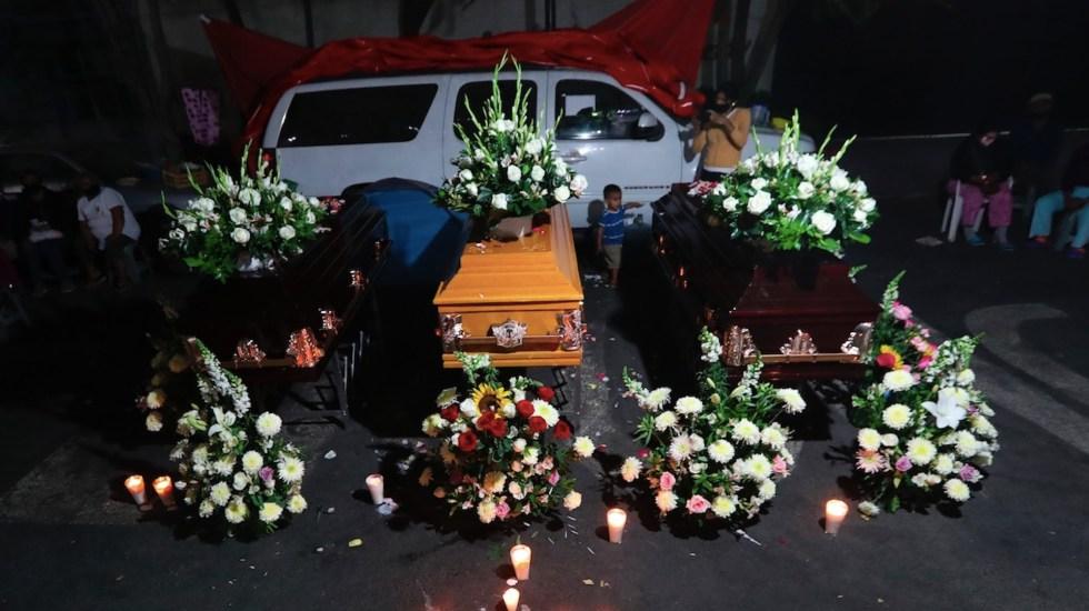 Velan a tres víctimas de desaparición frente a la Secretaría de Gobernación - Familiares velan a tres víctimas de desaparición frente a la Segob. Foto de EFE