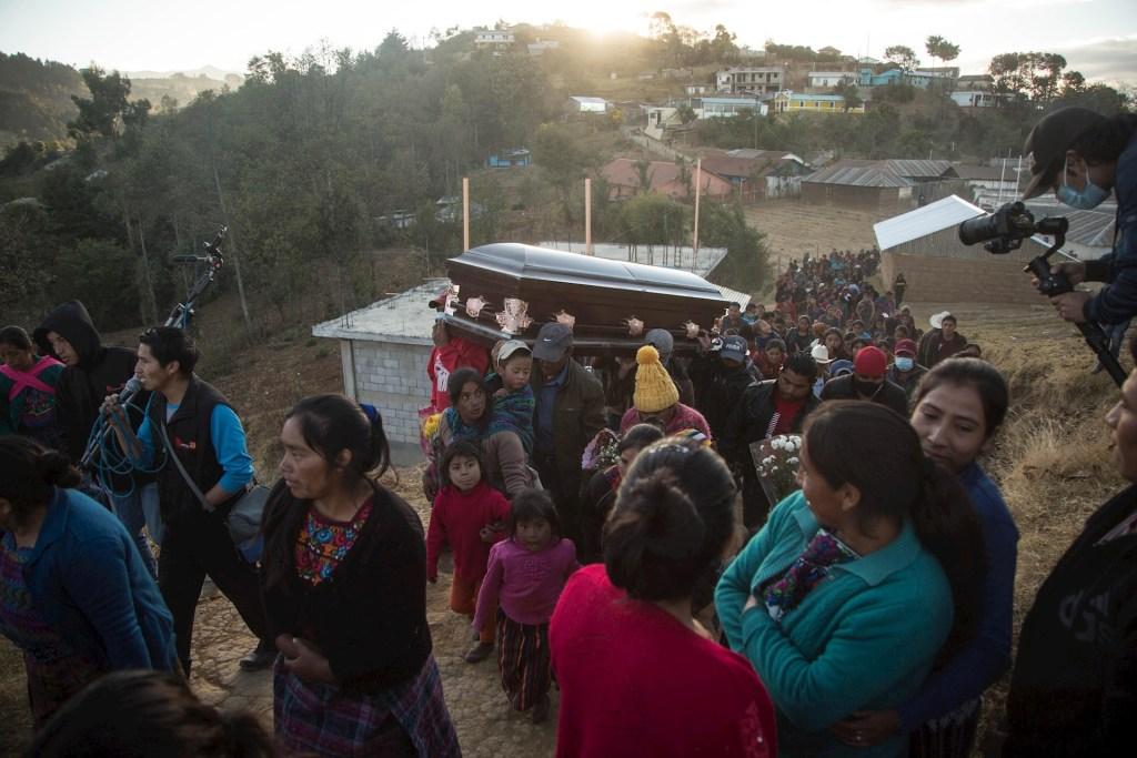 Siete semanas después, familias inhuman a guatemaltecos calcinados en Camargo, Tamaulipas - Familiares y amigos de Elfego Miranda fueron registrados este miércoles al acompañar su ataúd, rumbo a su entierro en el cementerio de San Francisco, en Comitancillo, Guatemala). Foto de EFE/ Esteban Biba.