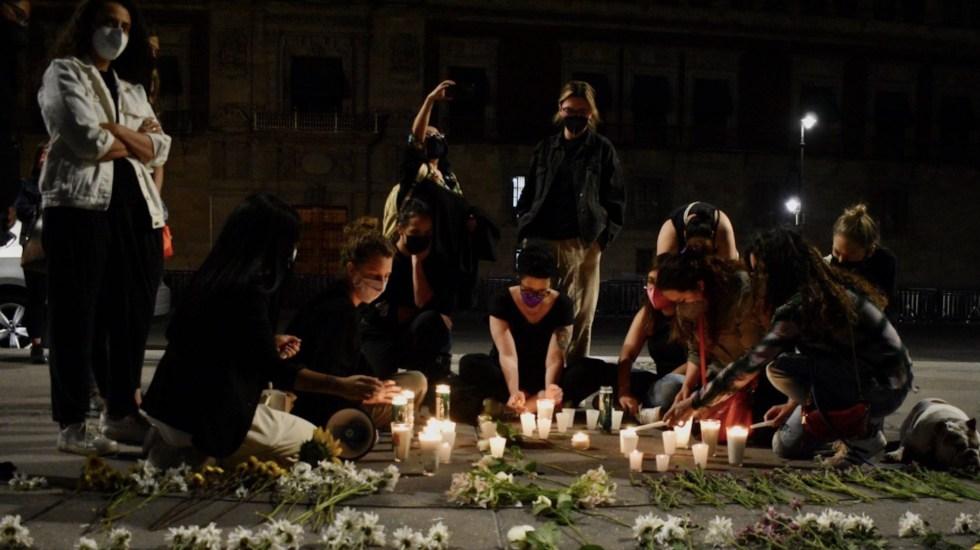 Realizan vigilia en el Zócalo para exigir un alto a los feminicidios y agresiones contra mujeres en México - Vigilia en el Zócalo de la Ciudad de México. Foto de Twitter Haarón Álvarez