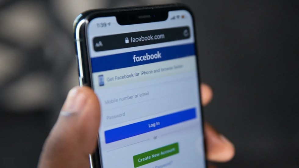 Más de 500 millones de datos de usuarios de Facebook se filtraron en línea - Foto de Solen Feyissa/Unsplash
