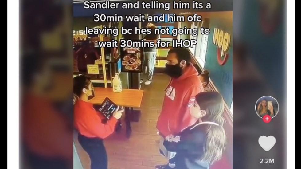 Mesera rechaza a Adam Sandler en IHOP; video se vuelve viral - Mesera rechaza a Adam Sandler en Ihop; video de vuelve viral. Foto tomada de video