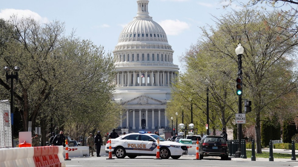 Murió uno de los dos policías atropellados afuera del Capitolio - Alrededores del Capitolio de EE.UU. acordonados por incidente de seguridad. Foto de EFE
