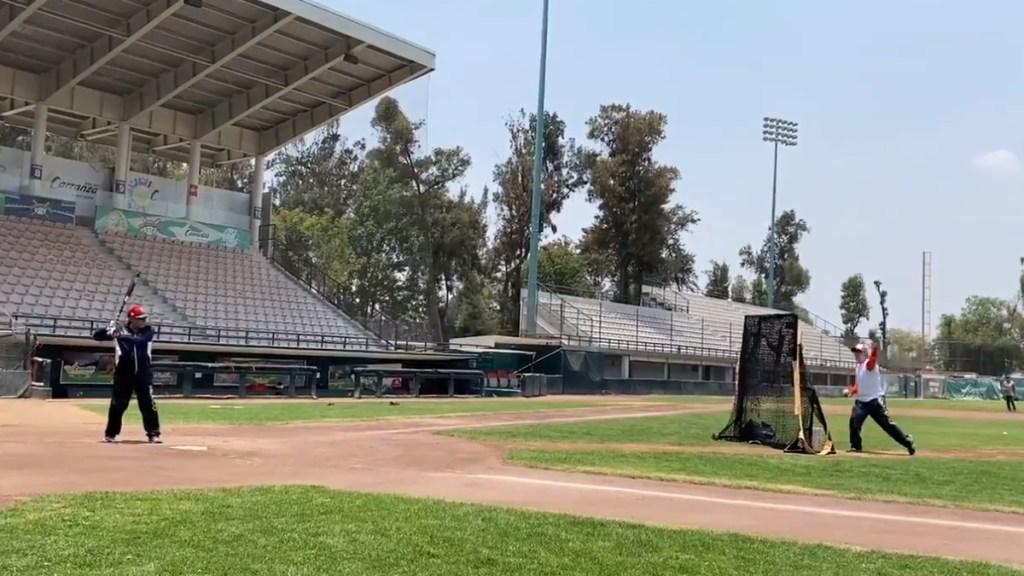 Pese a contingencia ambiental; AMLO batea en campo de béisbol - AMLO Andrés Manuel López Obrador beisbol