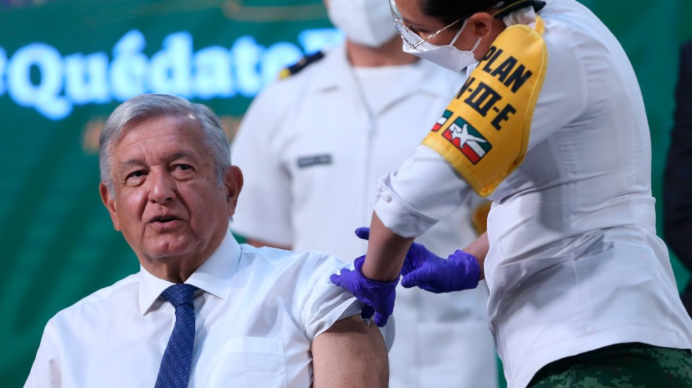 El presidente López Obrador recibe primera dosis de vacuna contra COVID-19 - Foto de EFE