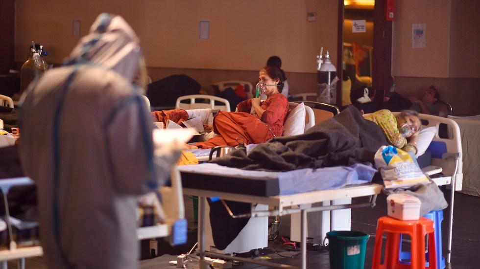 Pacientes de COVID-19 buscan en calles de Nueva Delhi gotas de oxígeno - Atención de pacientes COVID-19 en Nueva Delhi. Foto de EFE