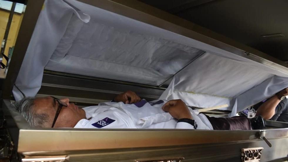 #Video Candidato a diputado inicia campaña saliendo de ataúd en Ciudad Juárez - Carlos Mayorga llegó en un féretro al inicio de su campaña en Ciudad Juárez. Foto de Facebook Carlos Mayorga