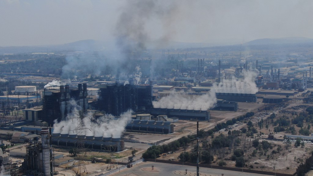 """Greenpeace acusa al Gobierno de López Obrador de """"exceso de contaminación"""" - Central termoeléctrica de Tula, Hidalgo. Foto de @greenpeacemx"""