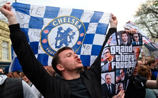 Chelsea y Manchester City se preparan para salir de Superliga Europea - Chelsea aficionados protestas Superliga