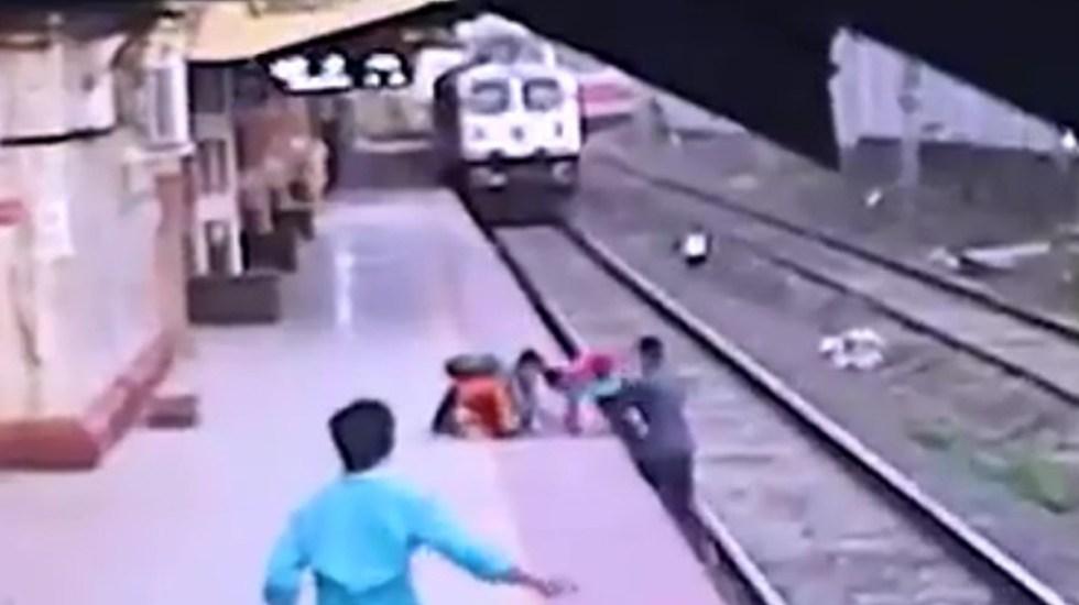 #Video Conductor salva a niño de ser arrollado por tren en Mumbai - Conductor de tren salva a niño en Mumbai. Captura de pantalla