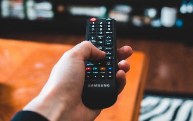La mafia de las milicias extiende su poder en Brasil con servicio pirata de TV - control remoto tv television spots