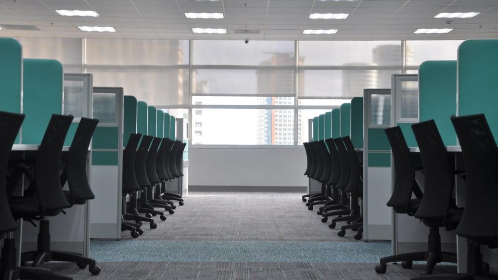 Gobierno Federal retrasará hasta agosto regreso de burócratas a oficinas - Cubículos de oficina vacíos. Foto de kate.sade / Unsplash