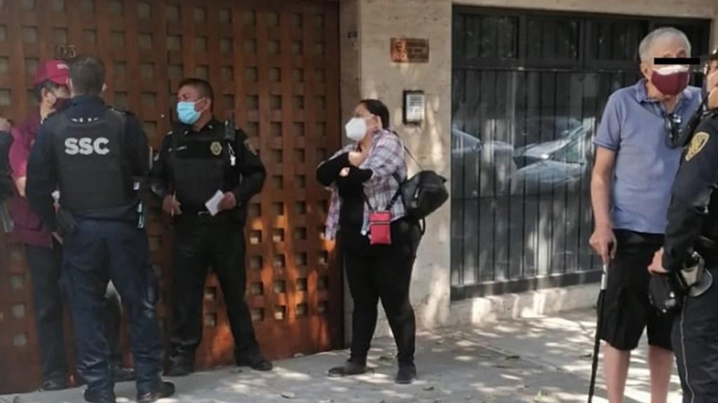 Denuncian agresión de brigadista de Morena a adulto mayor en CDMX - Elementos de la SSC detienen a un brigadista de Morena por agredir a adulto mayor. Foto de El Universal