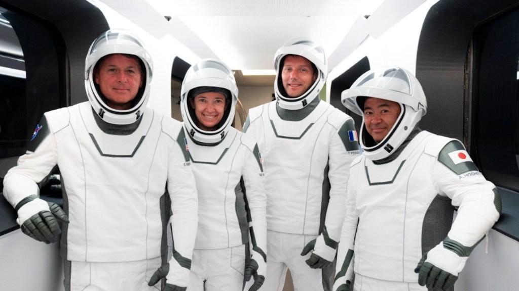 Astronautas, nave y propulsor reutilizables están listos para despegar a la EEI - Cuatro astronautas de Estados Unidos, Japón y Francia están listos para viajar este viernes a la Estación Espacial Internacional. Foto de @SpaceX