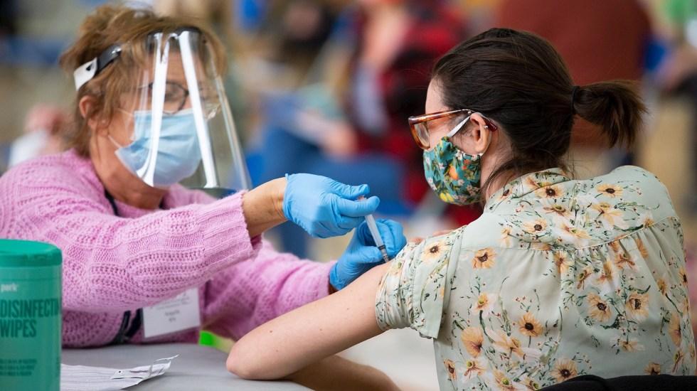 Cae el ritmo de vacunación contra COVID-19 en EE.UU.; Biden urge a inmunizarse - Vacunación en Estados Unido. El país llegará mañana a las 200 millones de vacunaciones prometidas por Biden. Foto de EFE/CJ Gunther/Archivo.