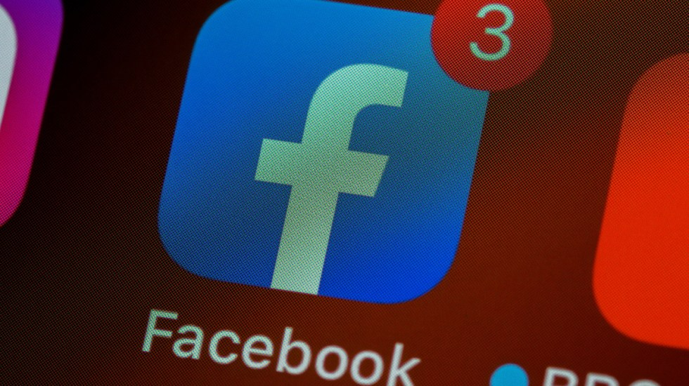 Alertan por modus operandi para cometer delitos a través de Facebook - Logo de la aplicación de Facebook. Foto de Brett Jordan para Unsplash