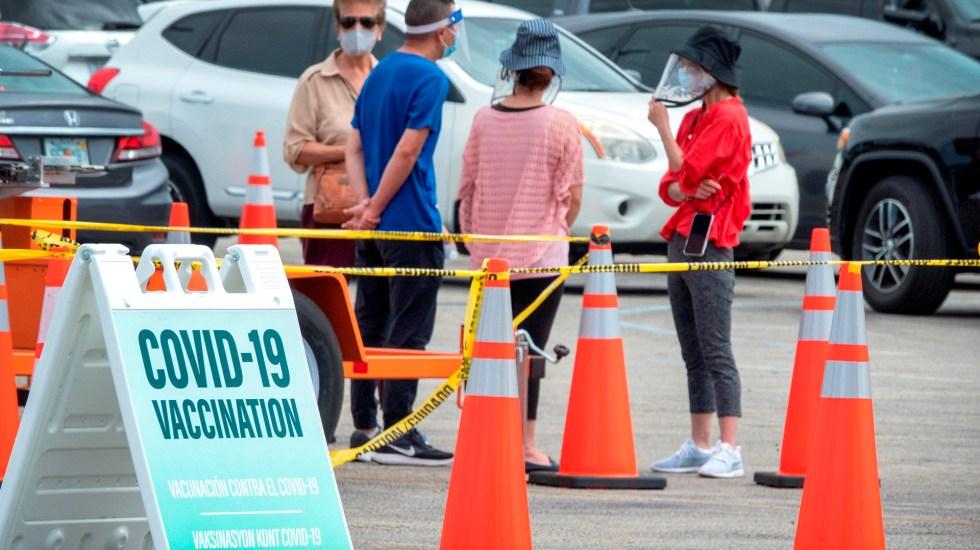 Reconoce el doctor Anthony Fauci la 'fatiga por COVID-19' como fenómeno real - Fila en centro de vacunación contra COVID-19 en Miami. Foto de EFE