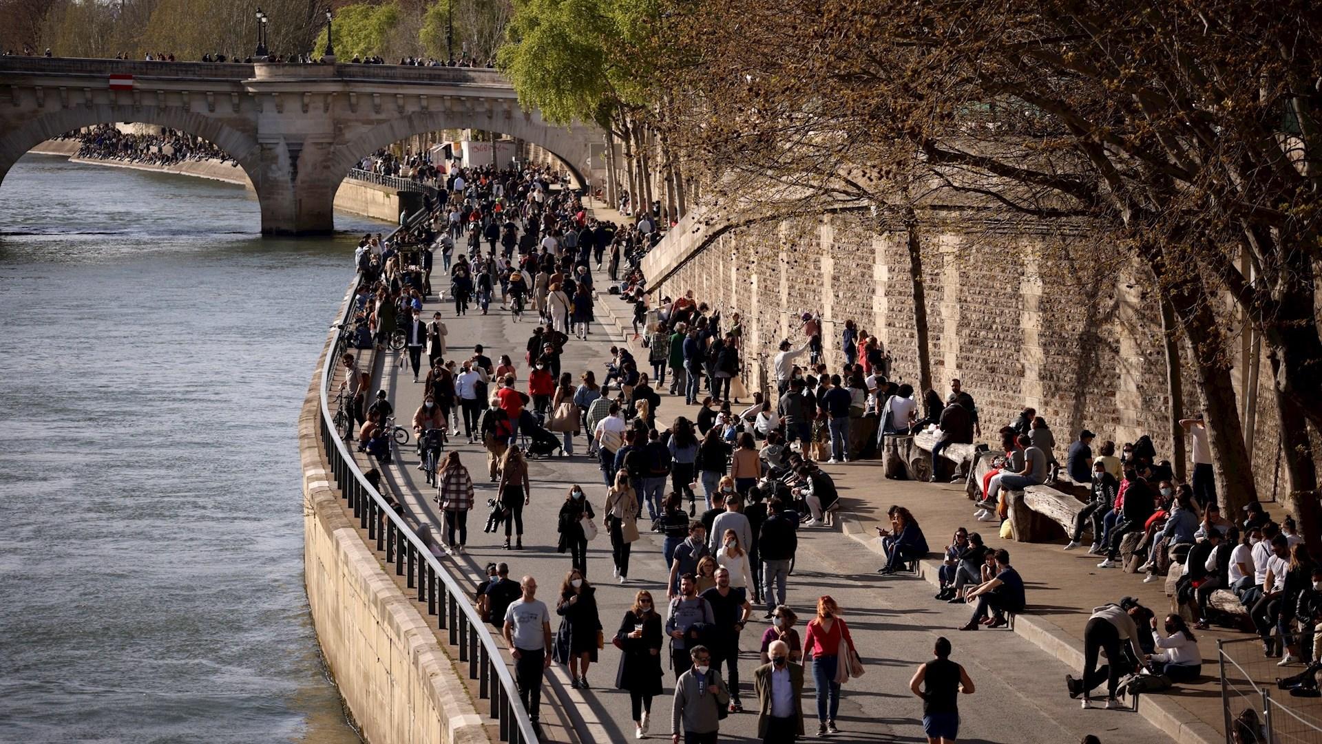 Francia experimenta un aumento de contagios de COVID-19. Foto de EFE/EPA/YOAN VALAT.