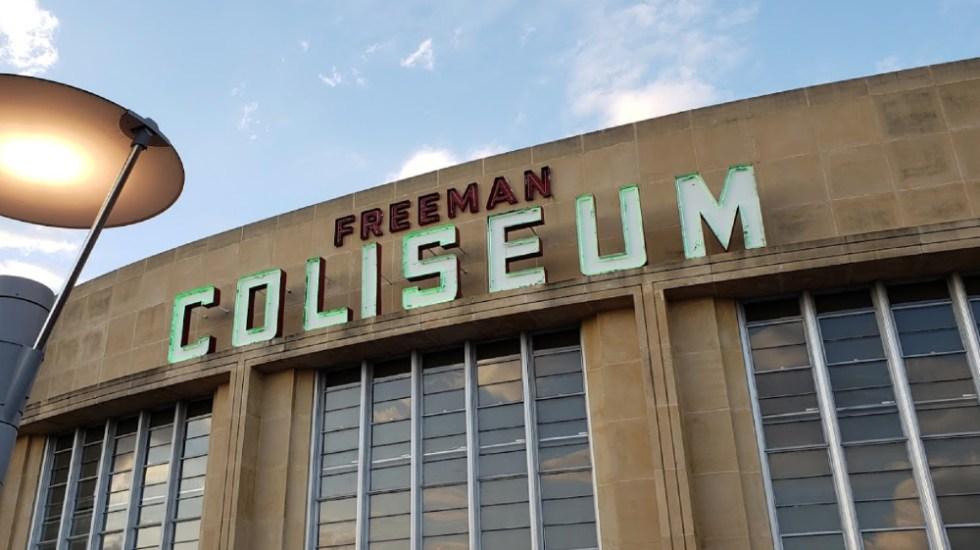 EE.UU. investigará denuncia sobre abusos a niños en centro migratorio - Freeman Coliseum Texas niños centro migratorio