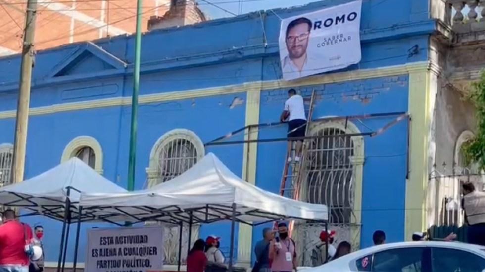 #Video Funcionarios de la Miguel Hidalgo hacen campaña a favor de Víctor Hugo Romo - Funcionario de la Miguel Hidalgo coloca lona a favor de Víctor Hugo Romo. Foto de EMEEquis